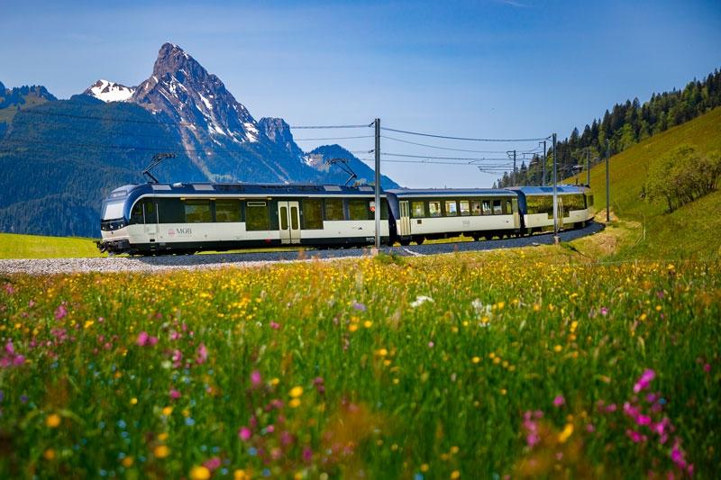 GoldenPass Train going around a bend
